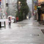 【悲報】メイドカフェさん、この台風の中メイドを立たせる
